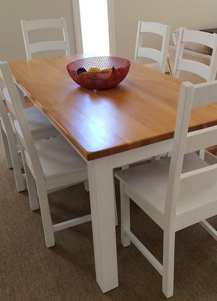 mesa con sillas en promocion