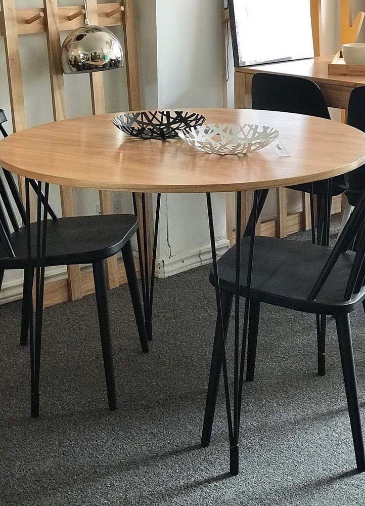 mesa redonda de madera y hierro